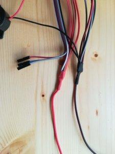 Per esempio questi sono i cavi che si sdoppiano in più parti per il GND e i 5V ai vari componenti