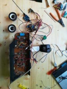 L'assemblaggio finale prevede che l'alimentatore scompaia dentro la radio, così uscirà solo il suo vecchio cavo che va alla 220V