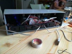 Sul retro della radio faccio uscire anche un cavo USB connesso all'Arduino in modo da poterlo riprogrammare senza aprire tutto