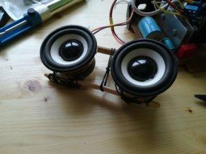 Il supporto per gli speaker è grezzamente fatto con legnetti di ghiacciolo, fil di ferro e colla a caldo