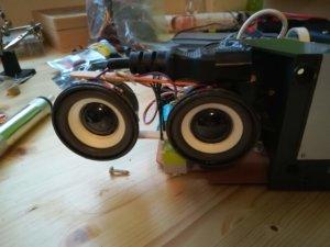 Ho utilizzato uno spinotto di un vecchio cavo che era nel cestino per fare dello spessore che mi serviva per bloccare il supporto degli speaker (oggettivamente bruttissimo)