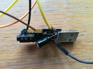 Dettaglio della chiavetta bluetooth la cui alimentazione è comandata da Arduino tramite il relay. Ho aggiunto un condensatore perché ho visto che eliminava un ronzio