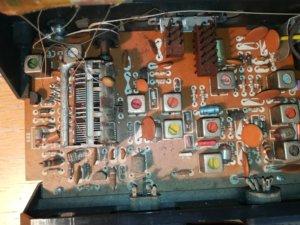 Dettaglio dell'interno, i due pulsanti per selezionare tra onde medie ed fm comandano quei due blocchetti marroni in alto. Riutilizzati per l'accensione della radio.